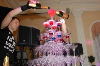 Пирамида шампанского — хорошее начало любого мероприятия