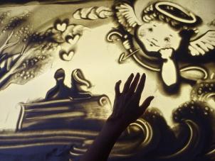 Песочное и световое шоу Людмилы Лепковой делает волшебство своими руками